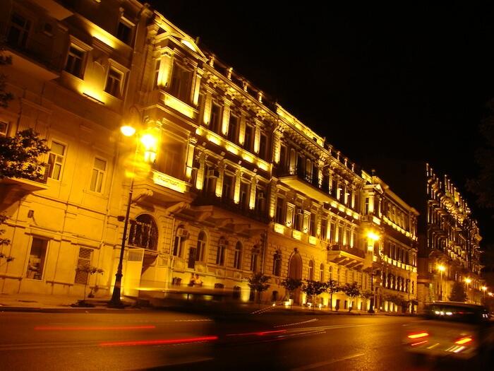 011 Baku erstrahlt bei Nacht