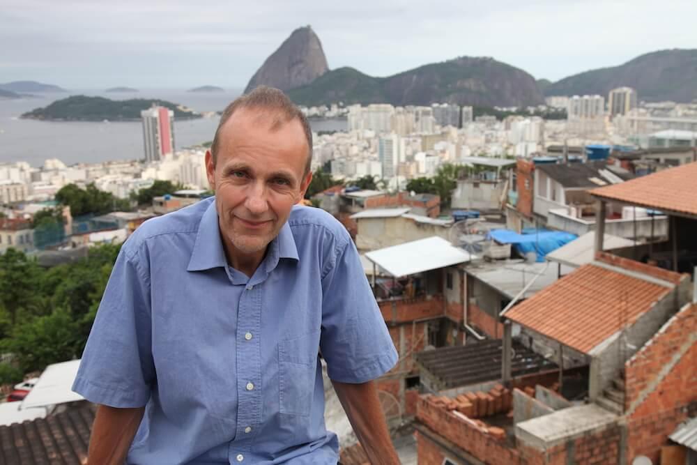 Adrian Geiges in seiner FavelaHintergrundZuckerhut1