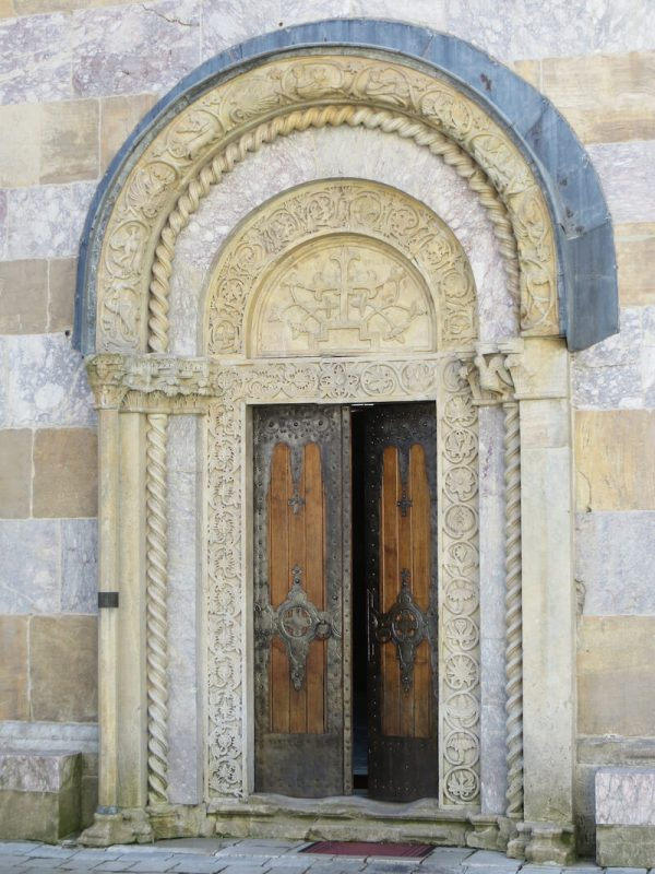 Gespannt betrete ich das Klostergelände aus dem 14. Jahrhundert, das die Serben noch heute als Teil ihres Staatsgebietes betrachten und das seit 2004 zum UNESCO Weltkulturerbe gehört. Es ist schwer vorstellbar, dass dieser verträumte Ort seit 1999 vier Mal Ziel von Mörserattacken geworden sein soll sowie von weiteren Angriffen. Außer mir streifen lediglich schweigende Mönche in schwarzen Roben umher.